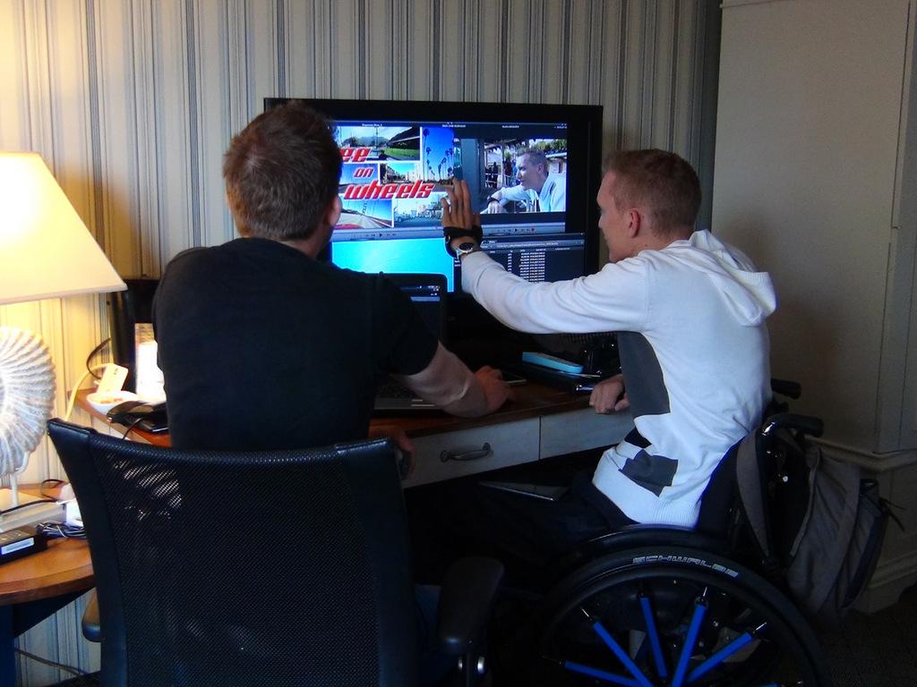 Manuel und Holger schneiden das Video