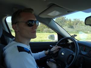 Manu fährt auf dem Highway
